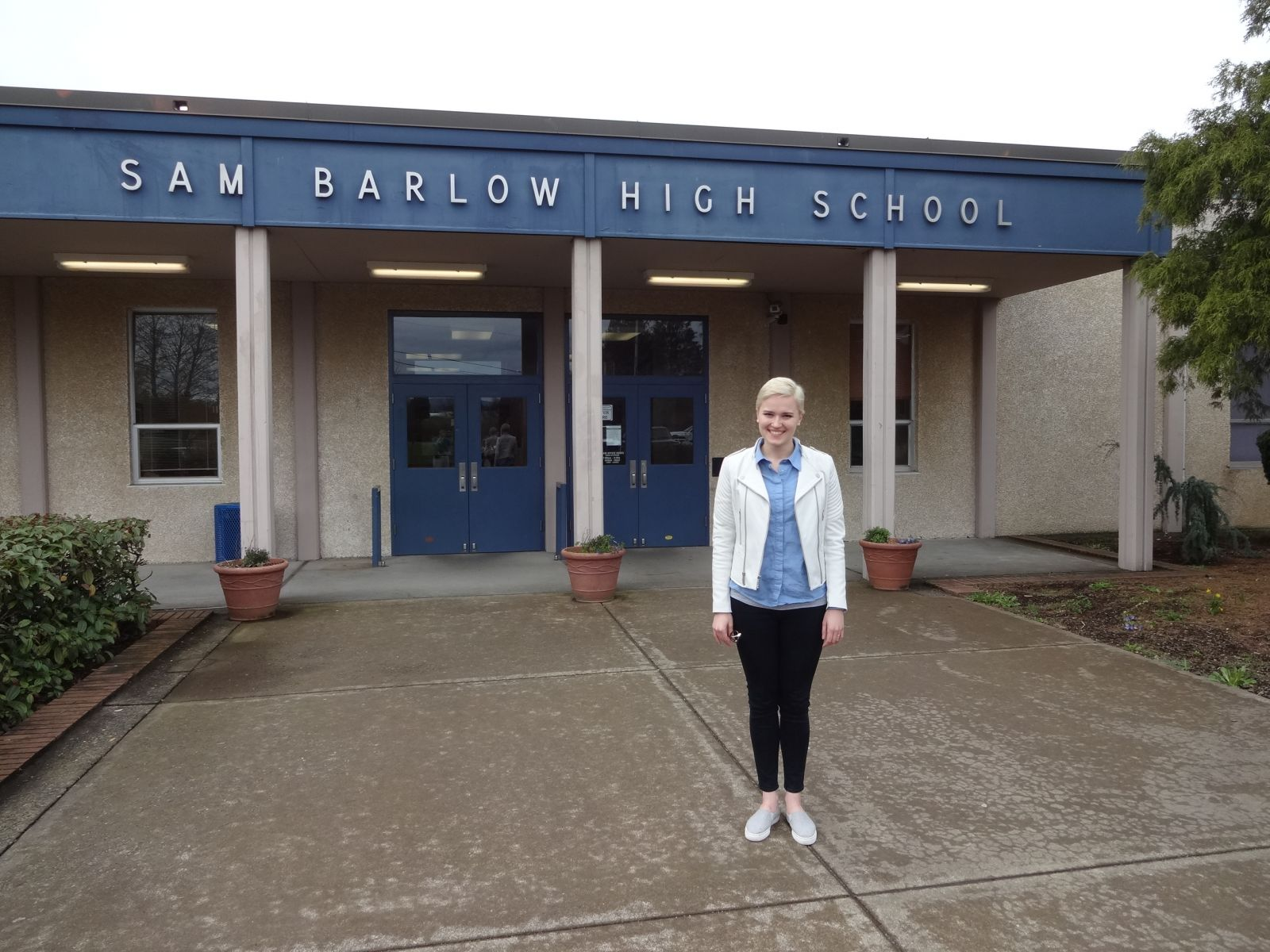 Author Veronica Roth in front of Barlow High School